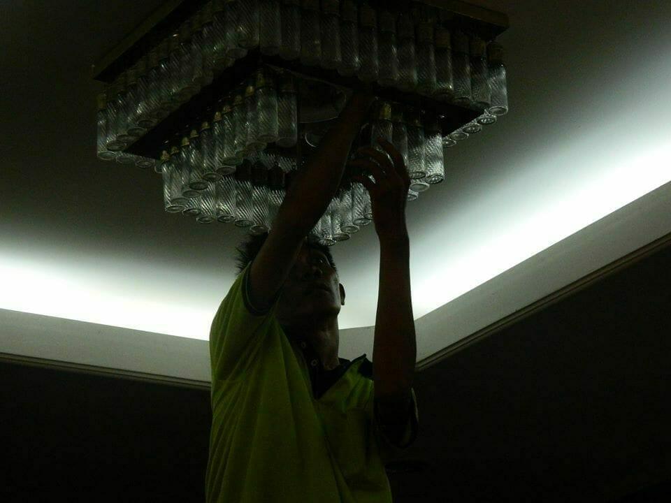 cuci lampu kristal ibu novi-12