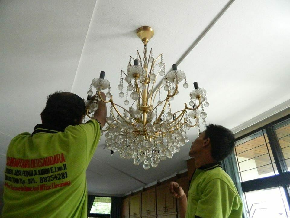 cuci lampu kristal ibu novi-19