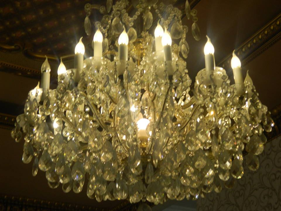 Cuci lampu kristal ibu Toti | Jasa Cuci Lampu Kristal