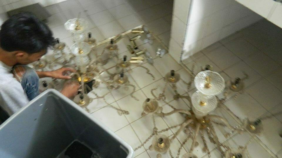 Cuci lampu kristal gedung Antam hari ke 3 | Jasa cuci lampu