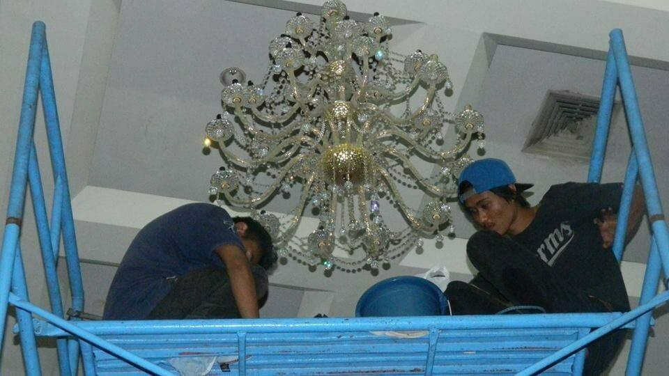 cuci-lampu-kristal-andrawina-ballroom-gedung-antam-04