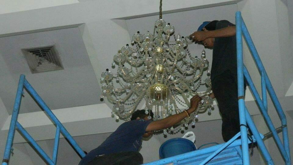 cuci-lampu-kristal-andrawina-ballroom-gedung-antam-07