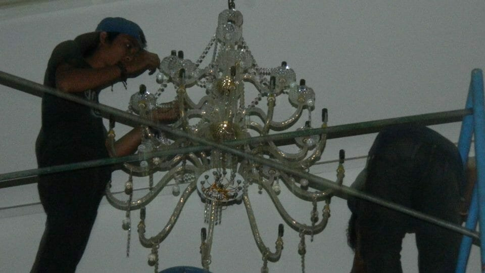 cuci-lampu-kristal-andrawina-ballroom-gedung-antam-10