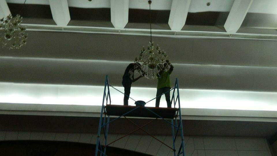 cuci lampu kristal hari pertama andrawina ballroom