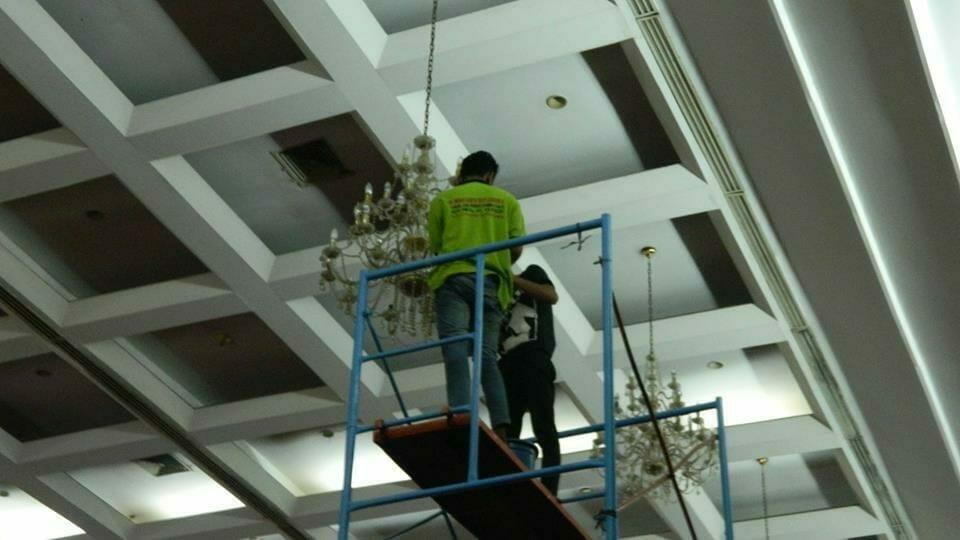cuci-lampu-kristal-andrawina-ballroom-gedung-antam-hari-1-02