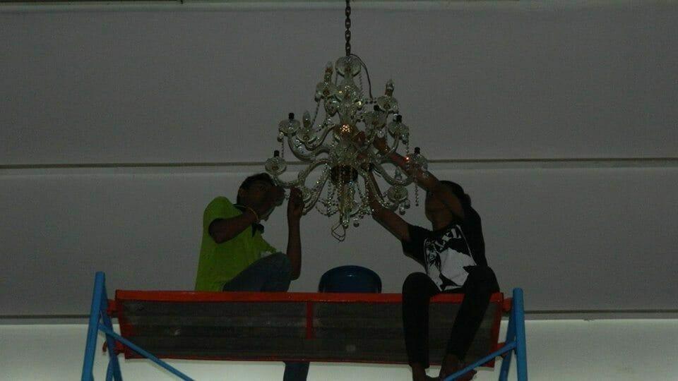 cuci-lampu-kristal-andrawina-ballroom-gedung-antam-hari-1-04