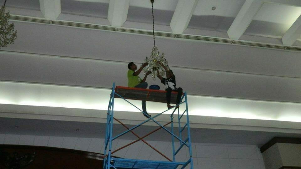cuci-lampu-kristal-andrawina-ballroom-gedung-antam-hari-1-05
