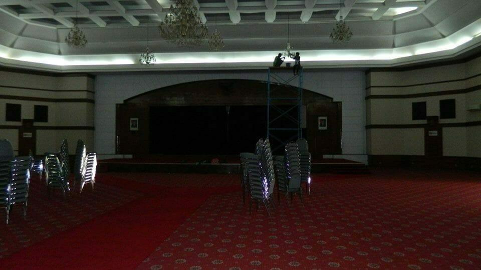 cuci-lampu-kristal-andrawina-ballroom-gedung-antam-hari-1-11