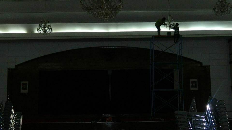 cuci-lampu-kristal-andrawina-ballroom-gedung-antam-hari-1-12