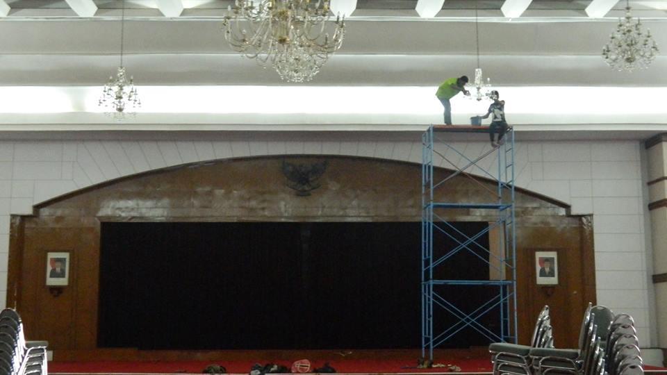 cuci-lampu-kristal-andrawina-ballroom-gedung-antam-hari-1-13