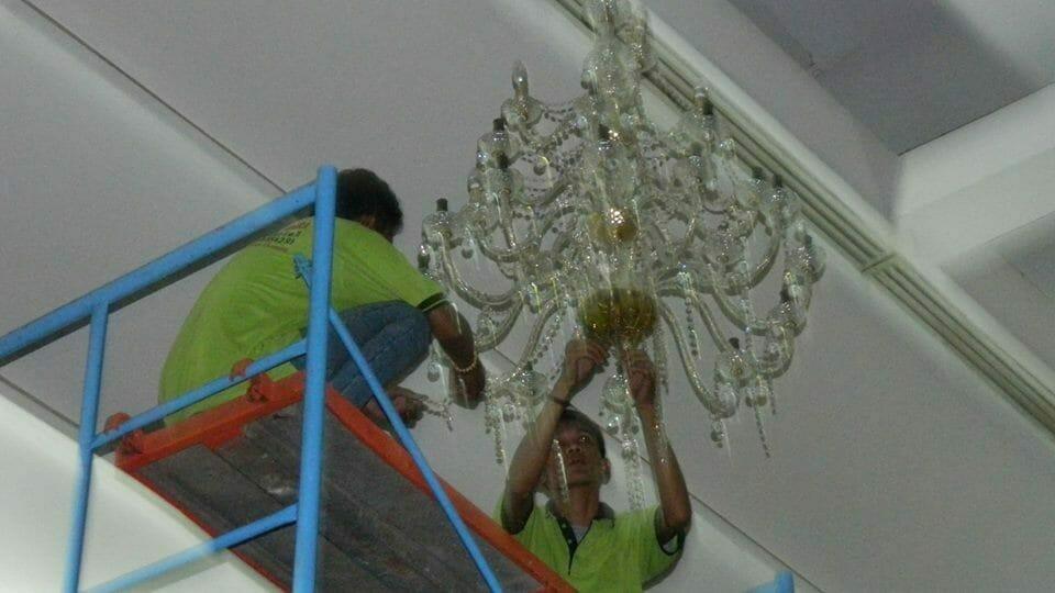 cuci-lampu-kristal-andrawina-ballroom-gedung-antam-hari-1-19