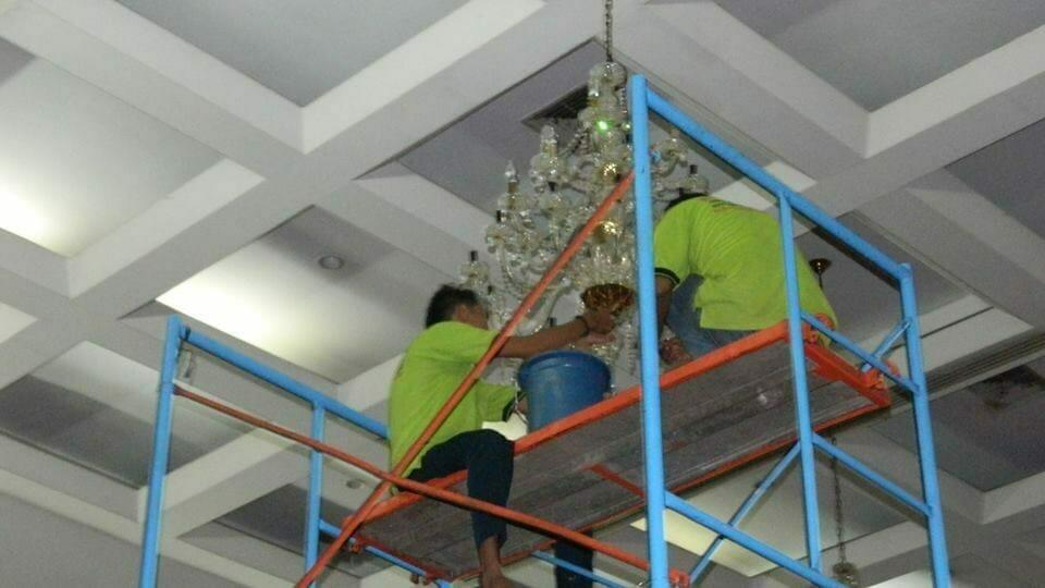 cuci-lampu-kristal-andrawina-ballroom-gedung-antam-hari-1-20