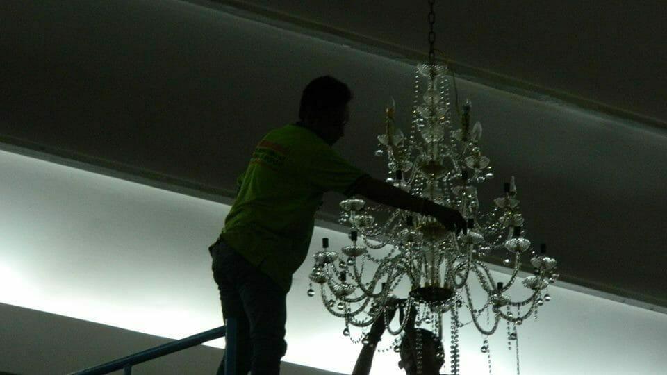 cuci-lampu-kristal-andrawina-ballroom-gedung-antam-hari-1-21