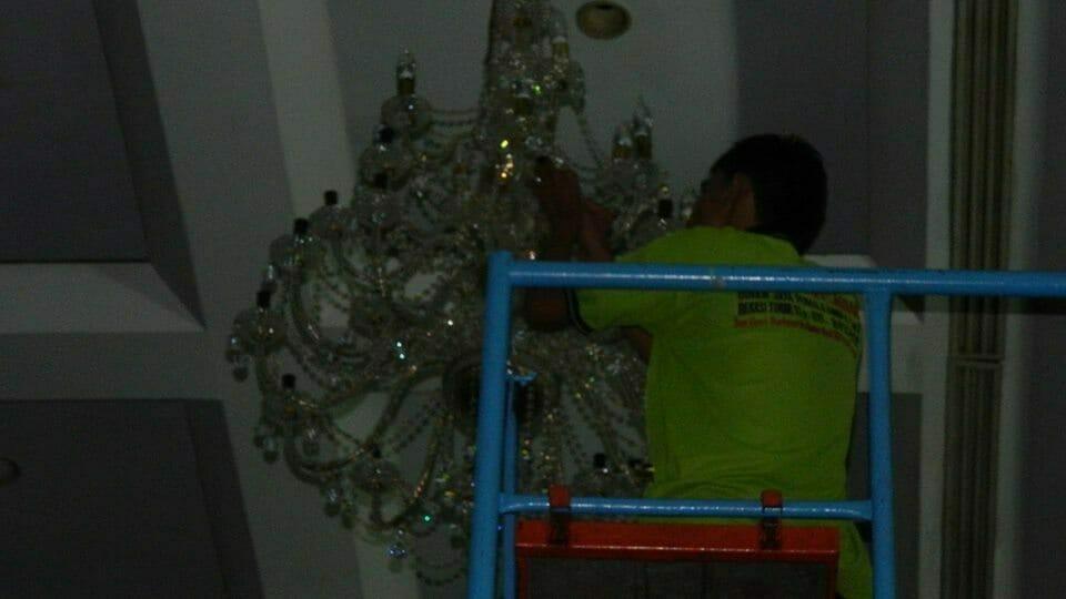 cuci-lampu-kristal-andrawina-ballroom-gedung-antam-hari-1-25