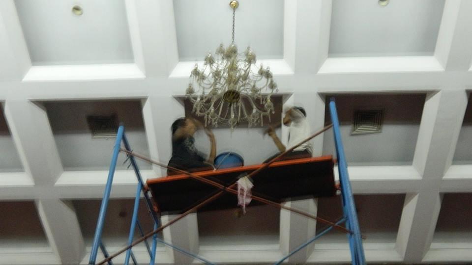 Cuci lampu kristal hari kedua Andrawina Ballroom gedung Antam