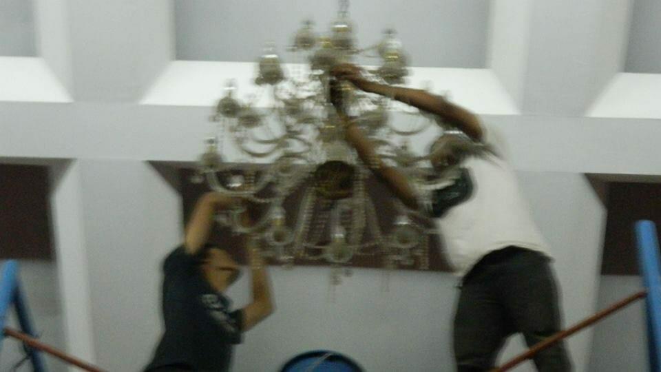 cuci-lampu-kristal-hari-kedua-andrawina-ballroom-gedung-antam-02