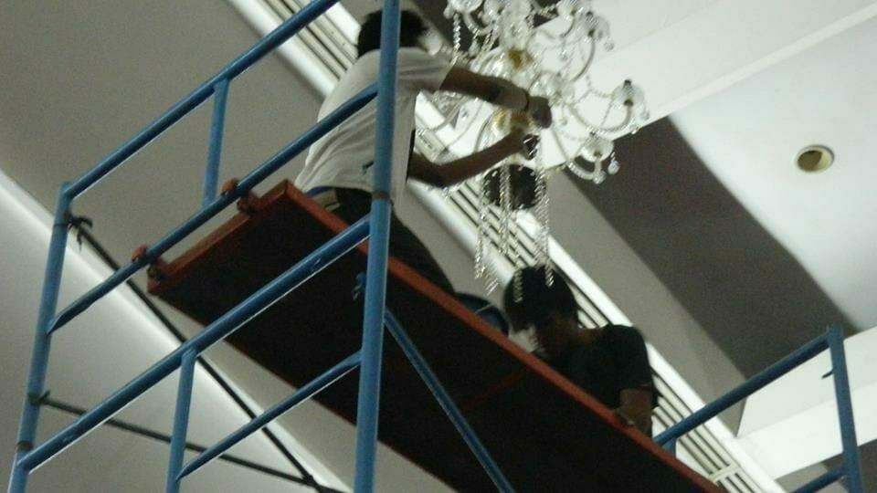 cuci-lampu-kristal-hari-kedua-andrawina-ballroom-gedung-antam-08