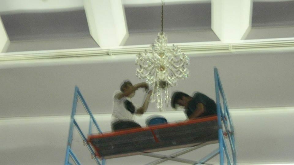cuci-lampu-kristal-hari-kedua-andrawina-ballroom-gedung-antam-10