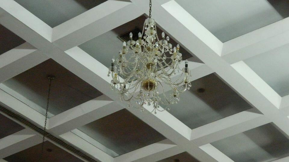 cuci-lampu-kristal-hari-kedua-andrawina-ballroom-gedung-antam-12