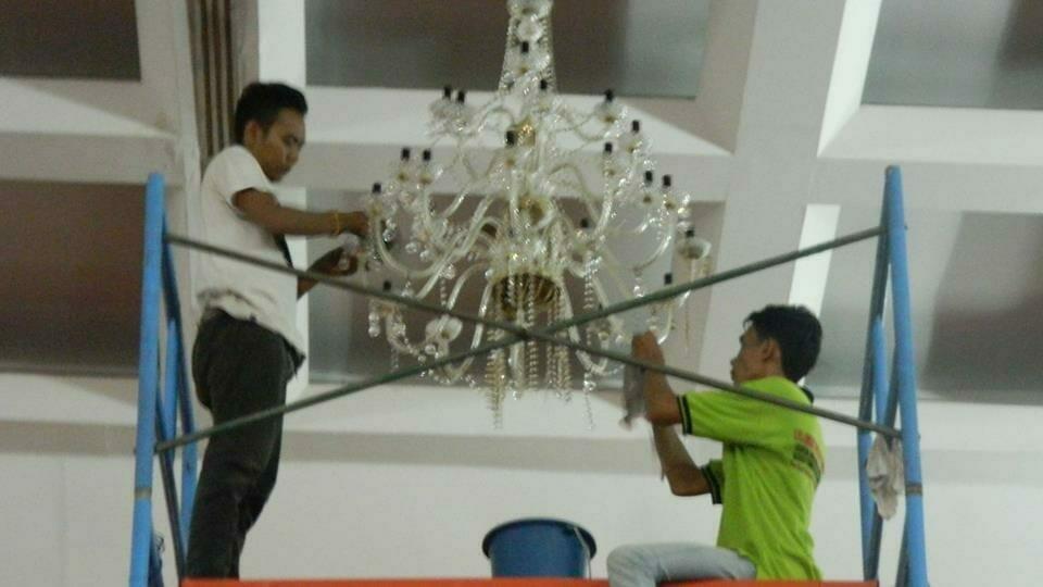 cuci-lampu-kristal-hari-kedua-andrawina-ballroom-gedung-antam-13
