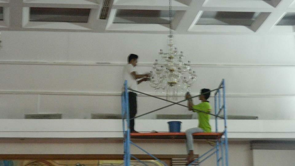 cuci-lampu-kristal-hari-kedua-andrawina-ballroom-gedung-antam-14