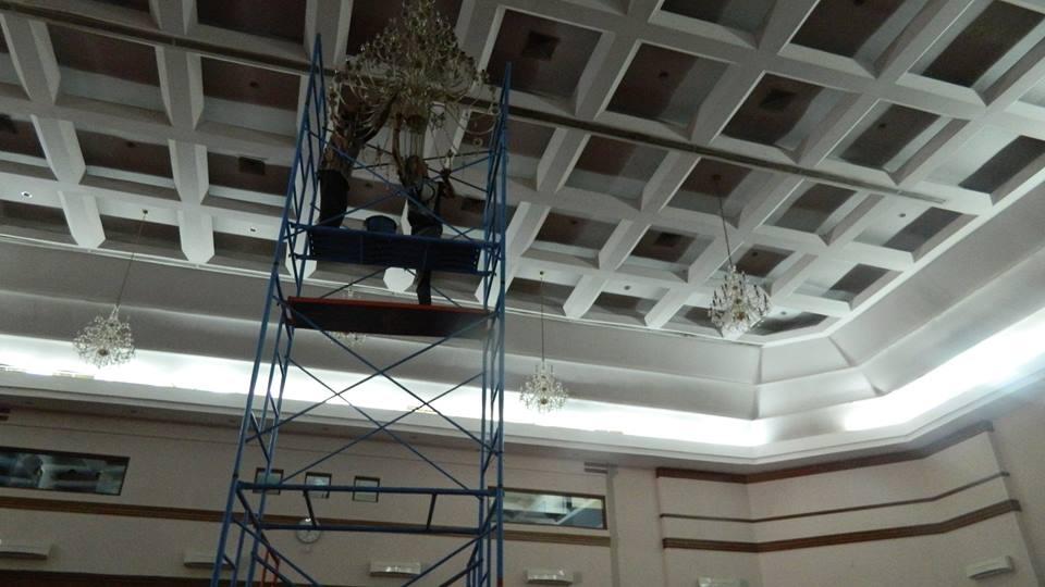 Cuci lampu kristal hari ke 4 Andrawina ballroom gedung Antam