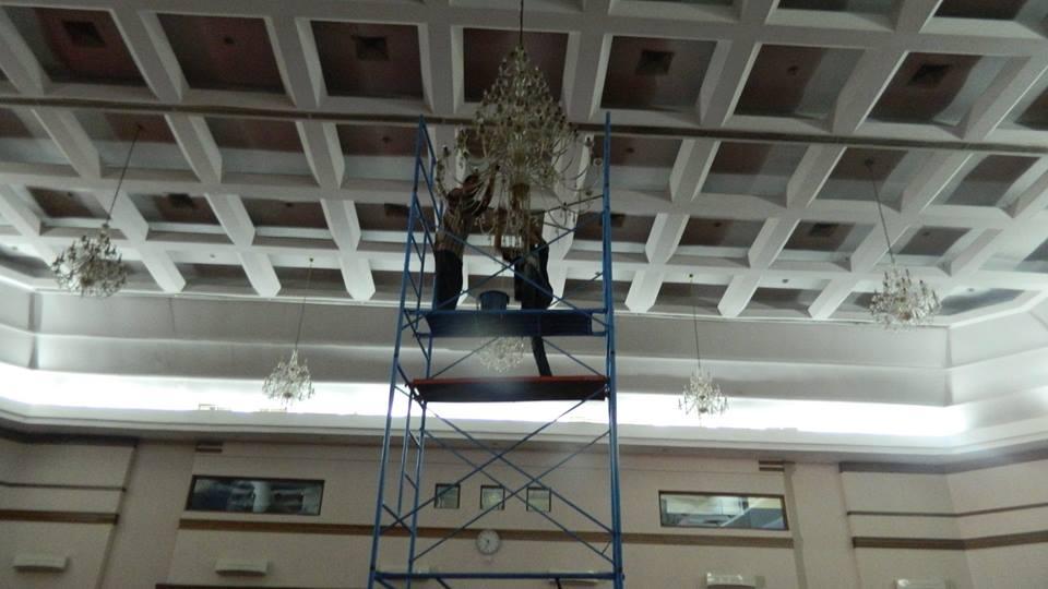 cuci-lampu-kristal-hari-keempat-andrawina-ballroom-gedung-antam-02