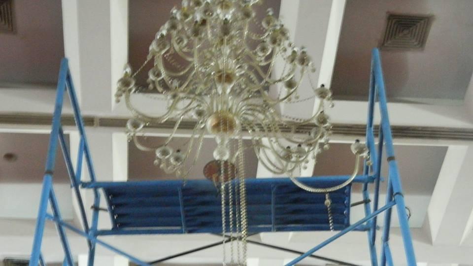 cuci-lampu-kristal-hari-keempat-andrawina-ballroom-gedung-antam-05