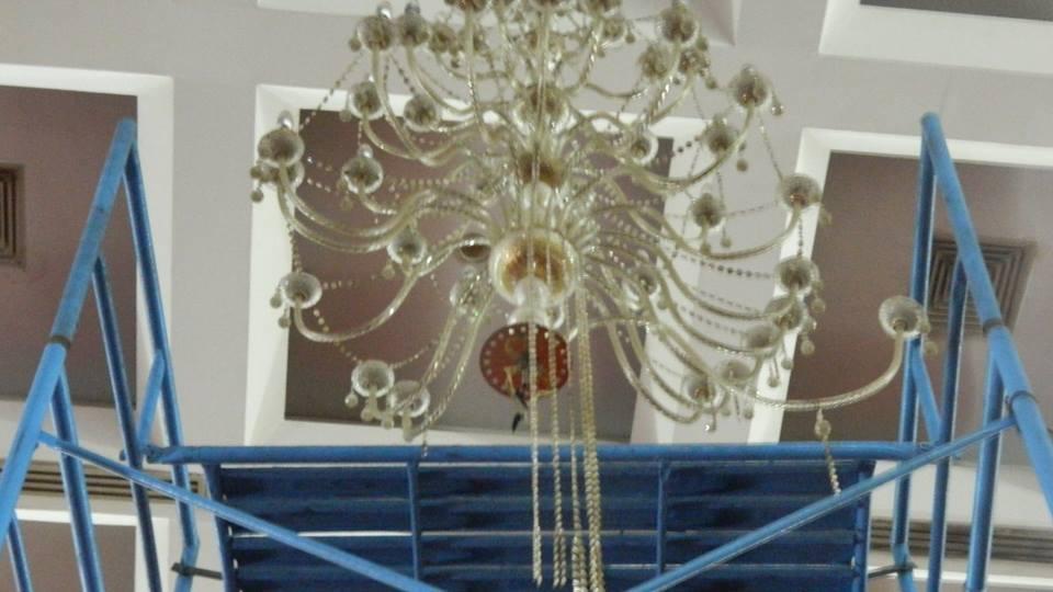 cuci-lampu-kristal-hari-keempat-andrawina-ballroom-gedung-antam-06