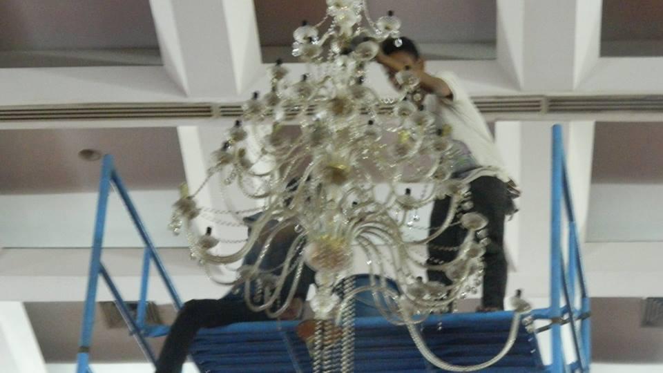 cuci-lampu-kristal-hari-keempat-andrawina-ballroom-gedung-antam-07