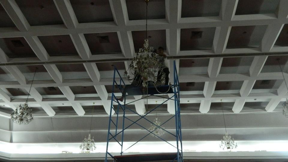 cuci-lampu-kristal-hari-keempat-andrawina-ballroom-gedung-antam-08