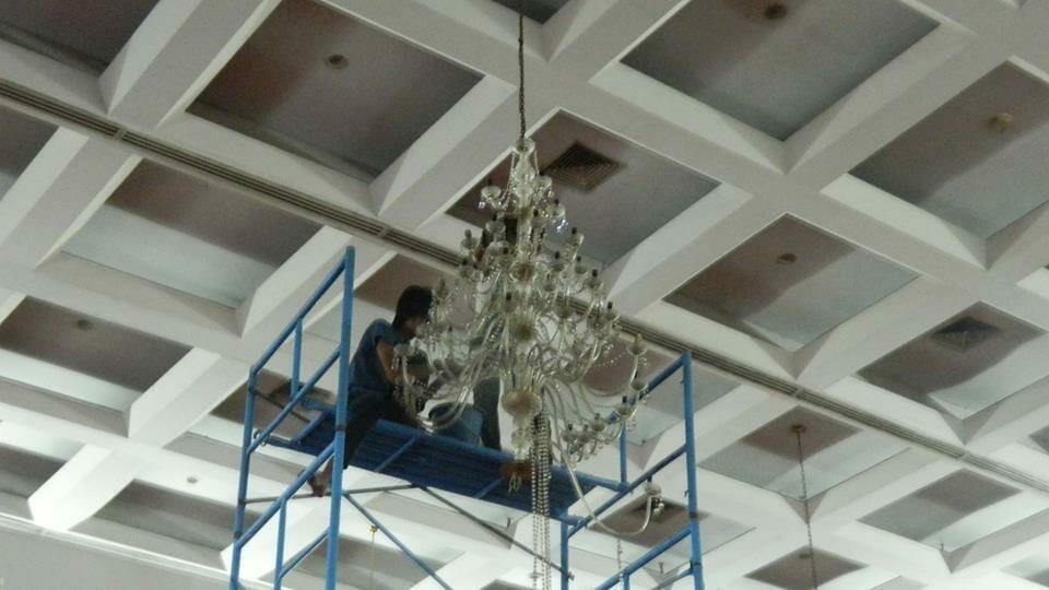 cuci-lampu-kristal-hari-keempat-andrawina-ballroom-gedung-antam-10