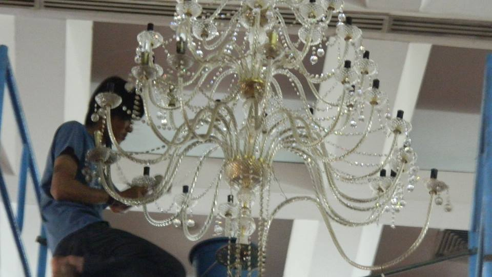 cuci-lampu-kristal-hari-keempat-andrawina-ballroom-gedung-antam-11