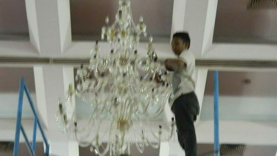 cuci-lampu-kristal-hari-keempat-andrawina-ballroom-gedung-antam-13
