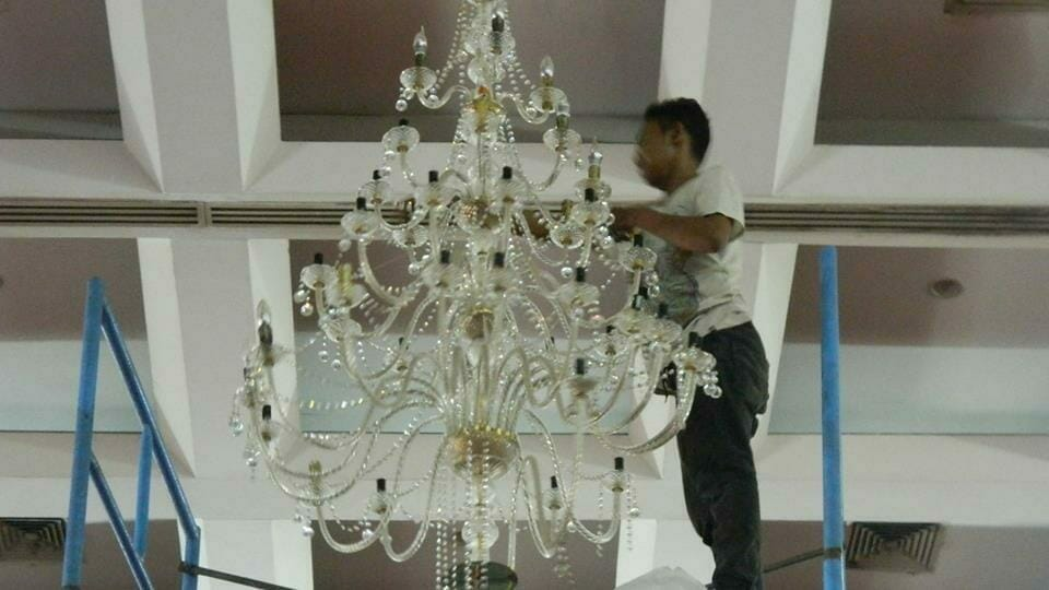 cuci-lampu-kristal-hari-keempat-andrawina-ballroom-gedung-antam-14