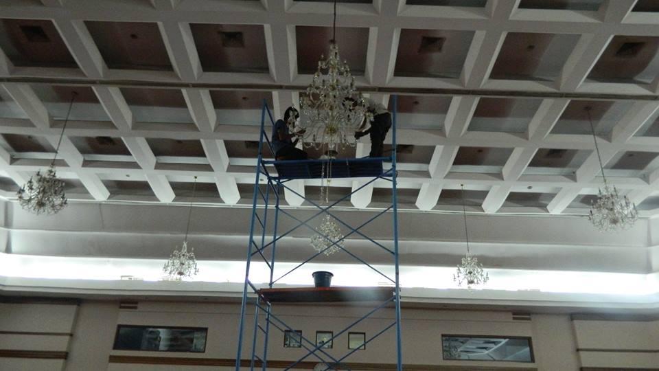 cuci-lampu-kristal-hari-keempat-andrawina-ballroom-gedung-antam-19