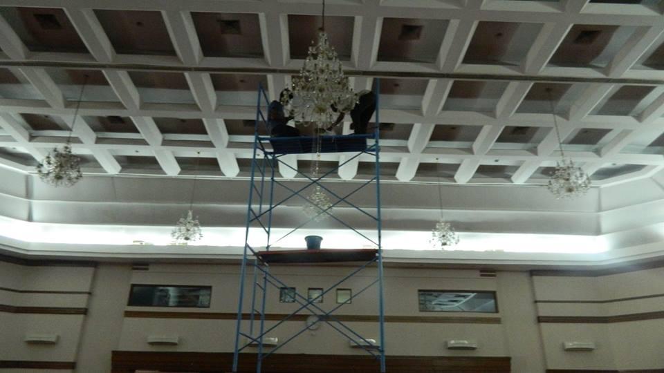 cuci-lampu-kristal-hari-keempat-andrawina-ballroom-gedung-antam-20
