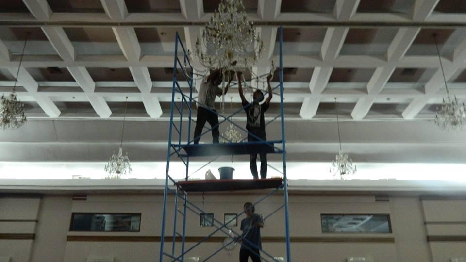 cuci-lampu-kristal-hari-keempat-andrawina-ballroom-gedung-antam-23