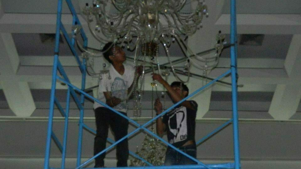 cuci-lampu-kristal-hari-keempat-andrawina-ballroom-gedung-antam-25