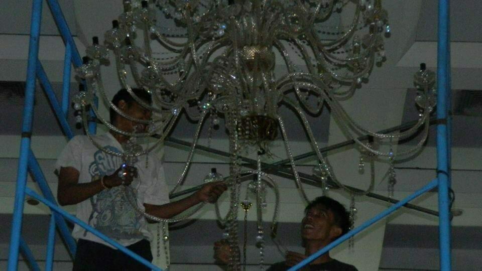 cuci-lampu-kristal-hari-keempat-andrawina-ballroom-gedung-antam-26