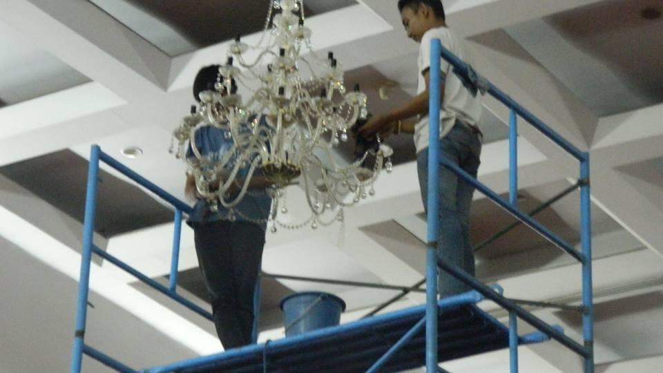 Cuci lampu kristal hari ke 5 Andrawina ballroom gedung Antam