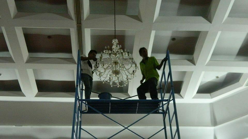 cuci-lampu-kristal-hari-kelima-andrawina-ballroom-gedung-antam-06