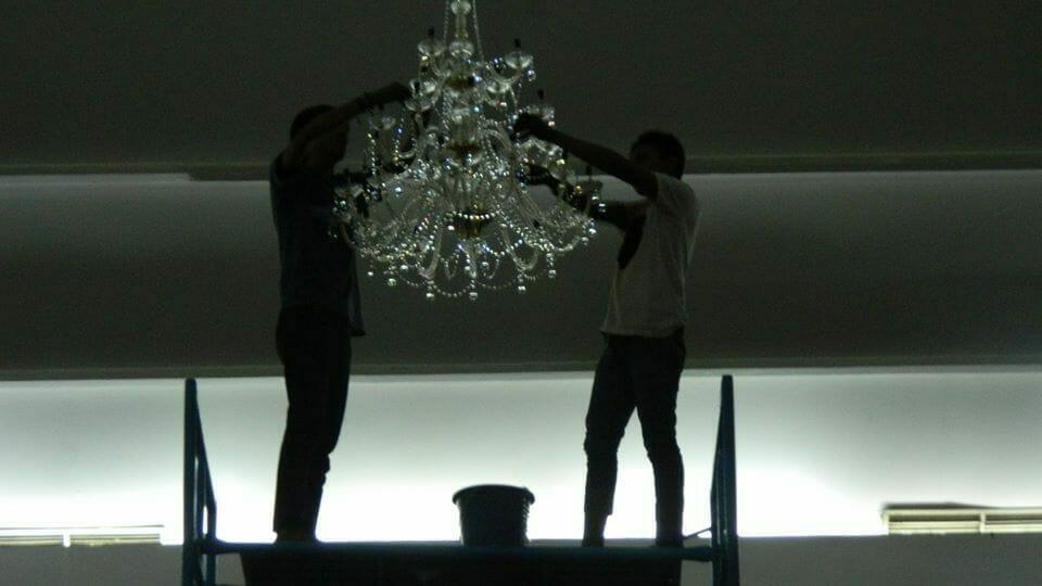 cuci-lampu-kristal-hari-kelima-andrawina-ballroom-gedung-antam-07