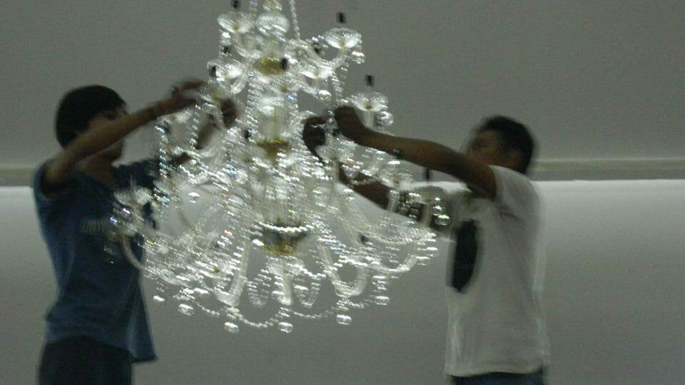 cuci-lampu-kristal-hari-kelima-andrawina-ballroom-gedung-antam-08