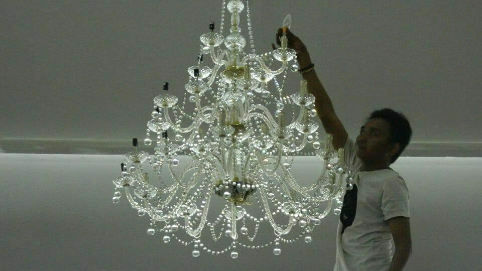 cuci-lampu-kristal-hari-kelima-andrawina-ballroom-gedung-antam-10