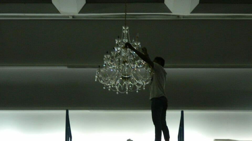 cuci-lampu-kristal-hari-kelima-andrawina-ballroom-gedung-antam-11