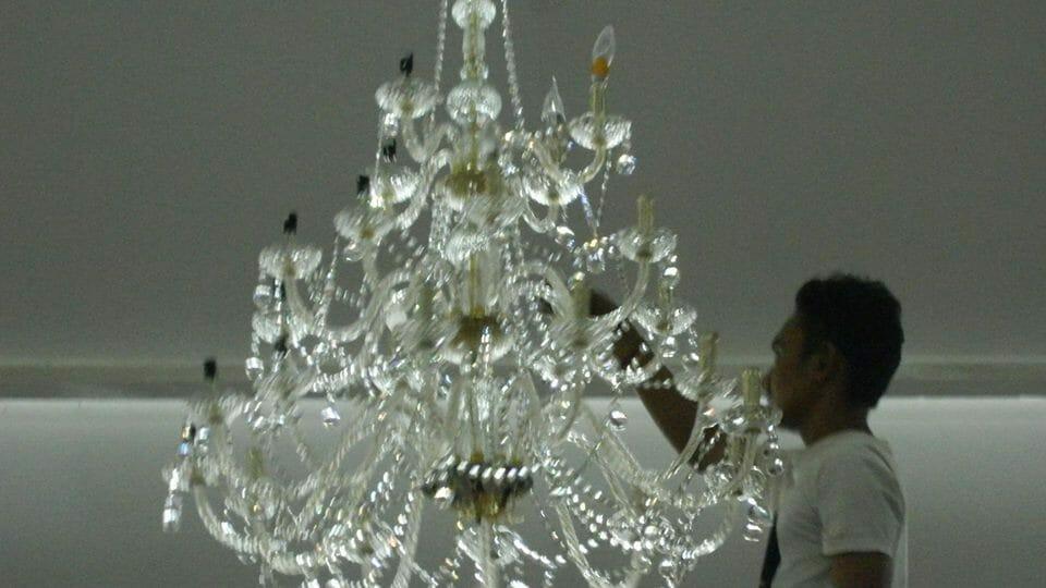 cuci-lampu-kristal-hari-kelima-andrawina-ballroom-gedung-antam-12