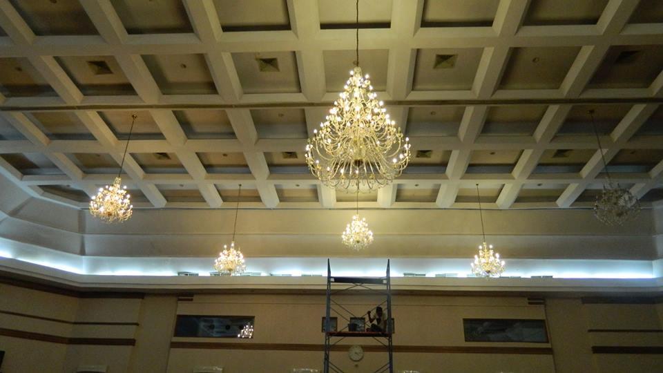 cuci-lampu-kristal-hari-kelima-andrawina-ballroom-gedung-antam-13