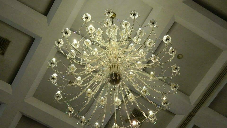 cuci-lampu-kristal-hari-kelima-andrawina-ballroom-gedung-antam-16