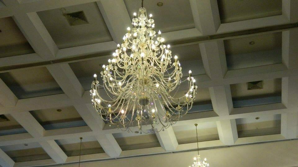 cuci-lampu-kristal-hari-kelima-andrawina-ballroom-gedung-antam-17